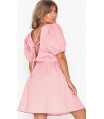 nly trend everyday back focus dress loose fit ljus rosa