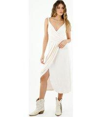 vestido de mujer, diseño midi, con cuello en v cruzado de tirantes trenzados, color crudo