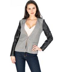 chaqueta gris para dama con mangas en polipiel broche y bolsillos frontales