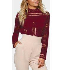 blusa de encaje burdeos con diseño hueco
