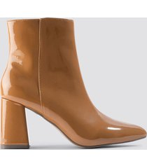 na-kd shoes glossy patent boots - brown,beige