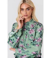 andrea hedenstedt x na-kd trumpet sleeve frill blouse - green,multicolor