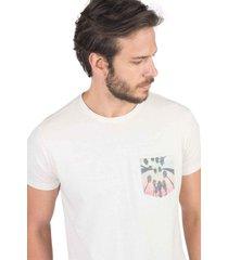 t-shirt com bolso estampado coqueiros cru cru/p - kanui