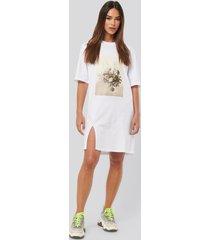 na-kd printed side slit tee dress - white