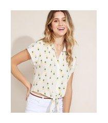 camisa feminina cropped estampado de abacaxis com nó manga curta off white