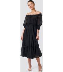 schanna x na-kd off shoulder chiffon midi dress - black
