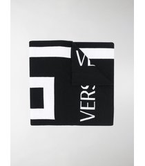 versace greca-motif knitted scarf