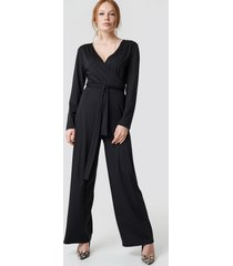 na-kd trend v-neck wrap jumpsuit - black