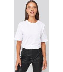 na-kd basic t-shirt med hög, rund halsringning - white