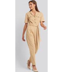 na-kd belted cargo short sleeve jumpsuit - beige