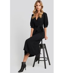na-kd puff sleeve wrap midi dress - black