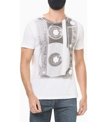 camiseta masculina estampa fita cassete branca calvin klein jeans - p