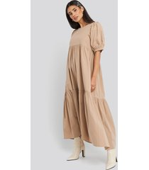 na-kd boho puff sleeve pleated tiered midi dress - beige