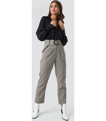 na-kd classic dogtooth asymmetric belted suit pants - grey,multicolor