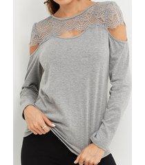 inserción de encaje gris redonda cuello detalles huecos mangas largas camisetas con hombros descubiertos