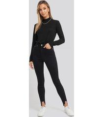 na-kd super high waist asymmetrical hem jeans - black