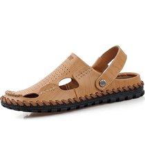 il cuoio degli uomini scava fuori il bicchierino traspirante che porta indossare slip sui sandali del pantofole della spiaggia
