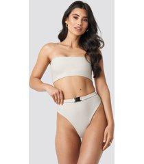 hannalicious x na-kd high waisted buckle bikini pantie - beige
