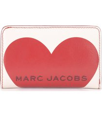 the marc jacobs compact wallet in ivory leather with red heart print