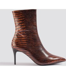 na-kd shoes reptile pointy boots - brown