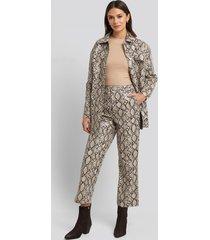 na-kd trend snake printed cropped pants - beige,multicolor