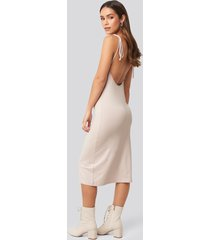 na-kd open back shift midi dress - pink