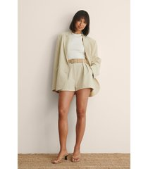 claire rose x na-kd shorts med veck - beige