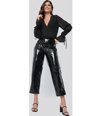 hannalicious x na-kd high waisted patent pants - black