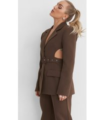 angelica blick x na-kd cut out marked shoulder blazer - brown