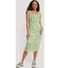 trendyol mönstrad klänning med bälte - green