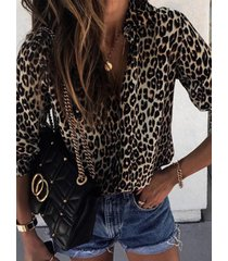 blusa con cuello de solapa y botones de leopardo