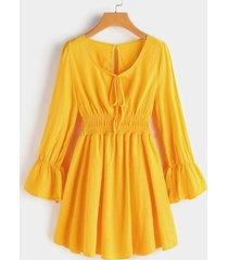 detalles plisados amarillos mangas tipo farol cintura elástica vestido con dobladillo con volantes