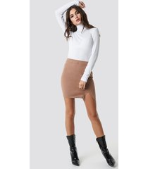 julia wieniawa x na-kd front slit mini skirt - brown