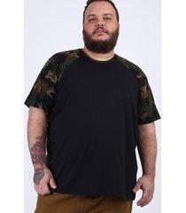 camiseta masculina plus size raglan com estampa camuflada manga curta gola careca preta