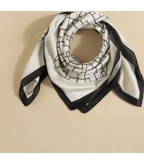 bufanda cuadrada con estampado geométrico