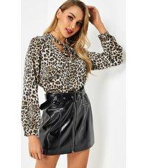 blusa con espalda plisada y manga larga con cuello en v y lazo de leopardo