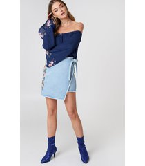 debiflue x na-kd embroidered wrap denim skirt - blue