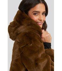 na-kd hooded faux fur jacket - brown