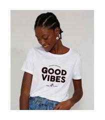 "camiseta feminina longa manga curta good vibes"" flocada decote redondo branca"""