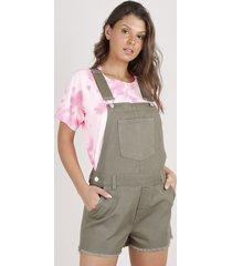jardineira de sarja feminina com bolsos barra desfiada verde militar