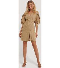 kristin rödin x na-kd volume sleeve tie belt dress - beige