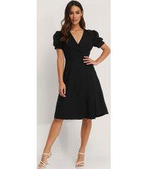trendyol kortärmad midiklänning med omlott - black
