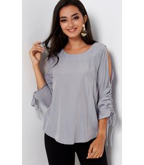 blusa plisada con hombros descubiertos y mangas 3/4 gris