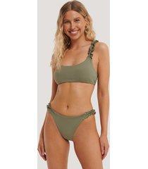 na-kd swimwear högt skuren bikinitrosa med rynkat sidoband - green