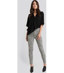 na-kd animal printed high waist jeans - grey,multicolor