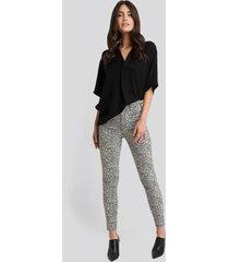 na-kd animal printed high waist jeans - grey,multicolor