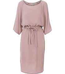 nonchalante jurk met ceintuur lila