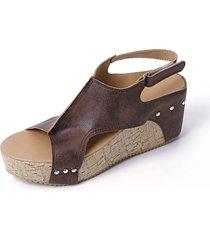 sandalias de cuña con diseño de remaches y peep toe marrones