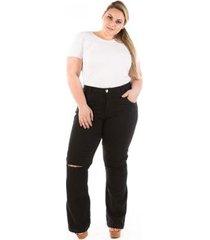 calça jeans flare com abertura no joelho plus size feminina