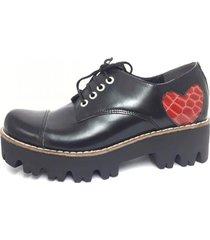 zapato negro corre lola corazon